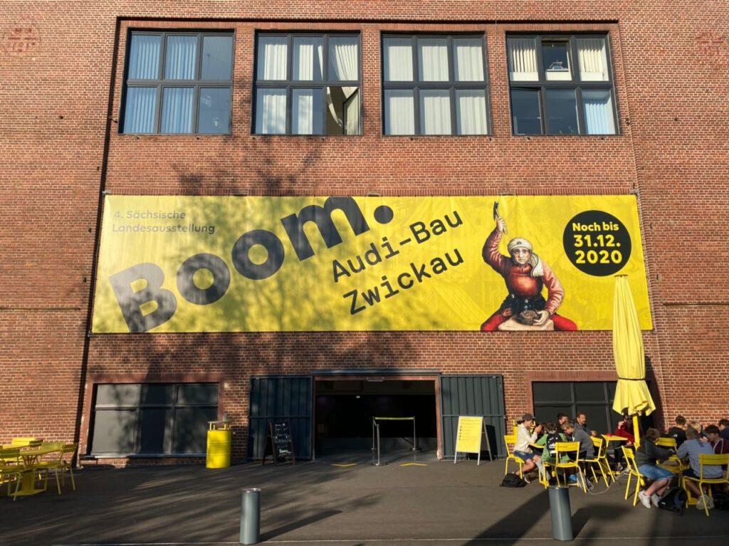"""Eingang und großes Schild der Ausstellung """"Boom"""" in Zwickau"""